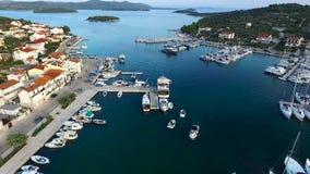 Vue aérienne de marina dans une petite ville croate sur le coucher du soleil clips vidéos