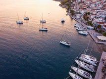 Vue aérienne de marina de mer d'Ermioni à la mer Égée crépusculaire et photos stock