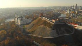 Vue aérienne de matin de place de cathédrale de Vilnius et de tour de Gediminas banque de vidéos
