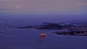 Vue aérienne de mettre en marche l'avion devant l'huile Rig Drilling Platform Photos libres de droits