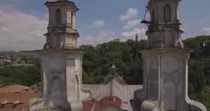 Vue aérienne de monastère catholique de cathédrale en été, Buchach 4k banque de vidéos