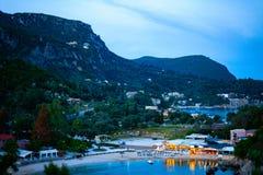 Vue aérienne de montagne avec la ville dans la vallée par la mer Image de concept de vacances avec la montagne et la mer photos stock