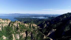 Vue aérienne de montagne avec le lac de réservoir d'eau sur le fond clips vidéos