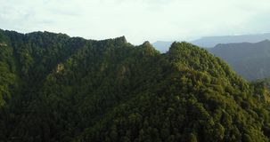 Vue aérienne de montagnes de bourdon Vol au-dessus des montagnes bâti Trident clips vidéos