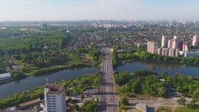Vue aérienne de Moscou avec la rivière de Moskva d'un pont câble-resté moderne Vue du ciel sur le pont dans la ville et banque de vidéos