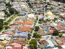 Vue aérienne de mosquée entourée par le voisinage coloré dans s photographie stock libre de droits