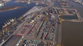 Vue aérienne de mouche d'hélicoptère au-dessus des récipients de cargaison colorés dans le port maritime taille ensoleillé Eau clips vidéos