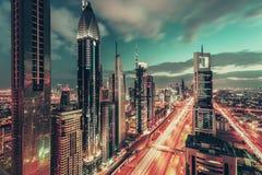 Vue aérienne de nuit au-dessus de Dubaï du centre, EAU, avec la route célèbre photographie stock