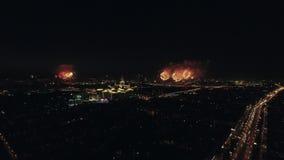 Vue aérienne de nuit de l'avenue de Leninsky et des feux d'artifice de scintillement, Moscou, Russie banque de vidéos