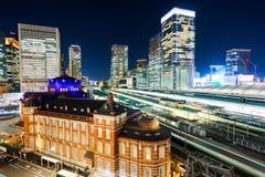 Vue aérienne de nuit de ville d'horizon d'oeil moderne panoramique d'oiseau avec la station de Tokyo sous la lueur dramatique et  Photos libres de droits