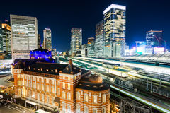 Vue aérienne de nuit de ville d'horizon d'oeil moderne panoramique d'oiseau avec la station de Tokyo sous la lueur dramatique et  Image libre de droits