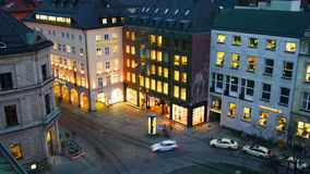 Vue aérienne de nuit du trafic de voiture à Munich banque de vidéos
