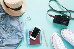 Vue aérienne de périphérique mobile avec le passeport et d'articles femelles pour des vacances Images libres de droits