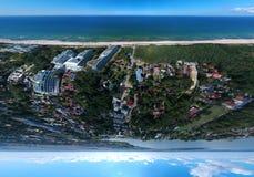 Vue aérienne de panorama sur le touriste pendant des vacances d'été sur la plage en mer photo libre de droits
