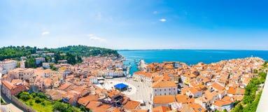 Vue aérienne de panorama de ville de Piran, Slovénie Regardez de la tour dans l'église Dans le premier plan il y a les petites ma photographie stock libre de droits