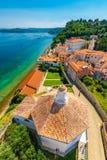 Vue aérienne de panorama de ville de Piran, Slovénie Regardez de la tour dans l'église Dans le premier plan il y a les petites ma photo libre de droits