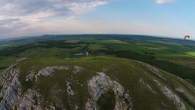 Vue aérienne de parapentisme près de la montagne Toratau solitaire clips vidéos
