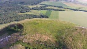 Vue aérienne de parapentisme près de la montagne Toratau solitaire banque de vidéos