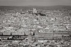 Vue aérienne de Paris avec le Louvre et la basilique de Sacre Coeur images libres de droits