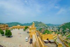 Vue aérienne de paysage d'Amber Fort et quelques dessus de toit des bâtiments, près de Jaipur au Ràjasthàn, Inde Amber Fort est Photos stock