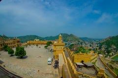 Vue aérienne de paysage d'Amber Fort et quelques dessus de toit des bâtiments, près de Jaipur au Ràjasthàn, Inde Amber Fort est Photographie stock