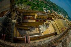 Vue aérienne de paysage d'Amber Fort et quelques dessus de toit des bâtiments, près de Jaipur au Ràjasthàn, Inde Amber Fort est Photos libres de droits