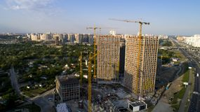 Vue aérienne de paysage dans la ville avec les bâtiments en construction et les grues industrielles Image libre de droits