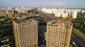 Vue aérienne de paysage dans la ville avec les bâtiments en construction et les grues industrielles Photographie stock