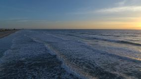 Vue aérienne de paysage marin de bourdon sur le lever de soleil chaud au-dessus de la vague mousseuse blanche calme du littoral d clips vidéos