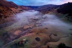 Vue aérienne de paysage de montagne avec le brouillard de matin d'automne au lever de soleil Images stock