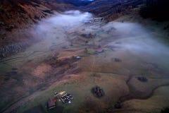 Vue aérienne de paysage de montagne avec le brouillard de matin d'automne au lever de soleil Image stock