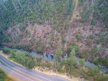 Vue aérienne de paysage de montagne avec les collines boisées Images libres de droits