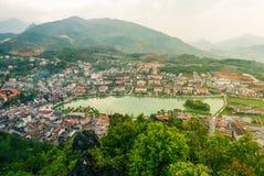 Vue aérienne de paysage de point de repère à la ville de colline dans la ville de Sapa avec la lumière ensoleillée photos stock