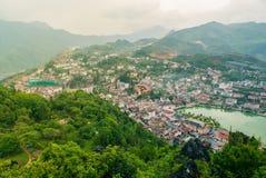 Vue aérienne de paysage de point de repère à la ville de colline dans la ville de Sapa avec la lumière ensoleillée photo libre de droits