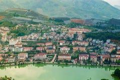 Vue aérienne de paysage de point de repère à la ville de colline dans la ville de Sapa avec la lumière ensoleillée photographie stock