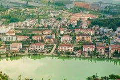 Vue aérienne de paysage de point de repère à la ville de colline dans la ville de Sapa avec la lumière ensoleillée image libre de droits