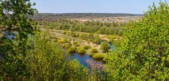 Vue aérienne de paysage sur la rivière de Desna avec les prés en crue et les beaux champs Image libre de droits