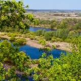 Vue aérienne de paysage sur la rivière de Desna avec les prés en crue et les beaux champs Photographie stock libre de droits