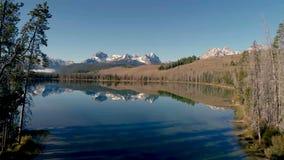 Vue aérienne de petit lac redfish en montagnes de l'Idaho banque de vidéos