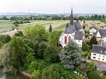 Vue aérienne de petit point de repère d'église de village dans le niederwerth vallendar près de Coblence Andernach Allemagne images libres de droits