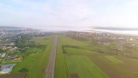 Vue aérienne de petite aviation, située dedans près du secteur de campagne 4K banque de vidéos