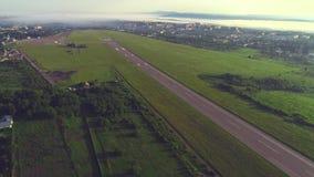 Vue aérienne de petite aviation, située dedans près de la ville avec le bâtiment et la nature stupéfiants 4K clips vidéos