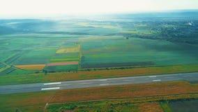 Vue aérienne de petite aviation, située dedans près de la ville avec le bâtiment et la nature stupéfiants 4K banque de vidéos