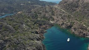 Vue aérienne de petite plage parmi des roches de cap clips vidéos
