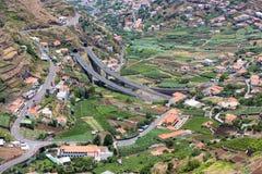 Vue aérienne de petits villages et d'une route dans les montagnes de l'île de la Madère image libre de droits