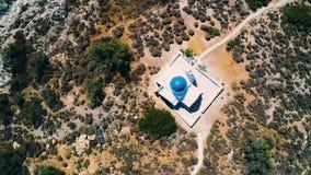 Vue aérienne de peu d'église à l'île banque de vidéos