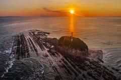 Vue aérienne de phare couverte de roches au lever de soleil en Malaisie photographie stock