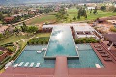 Vue aérienne de piscine dans la montagne photographie stock