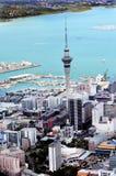 Vue aérienne de place financière d'Auckland contre le Waitemata Image stock
