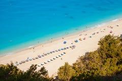 Vue aérienne de plage d'Egremni, Leucade, Grèce, un jour ensoleillé d'été, avec les eaux de turquoise et des parapluies de plage  photographie stock